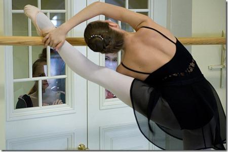 Студентка разминается перед экзаменом по классическому танцу в Академии Русского балета им. А. Я. Вагановой в Санкт-Петербурге