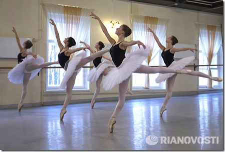 Ученицы Академии русского балета имени Вагановой во время открытого урока, посвященного памяти народной артистки СССР Нинель Александровны Кургапкиной.